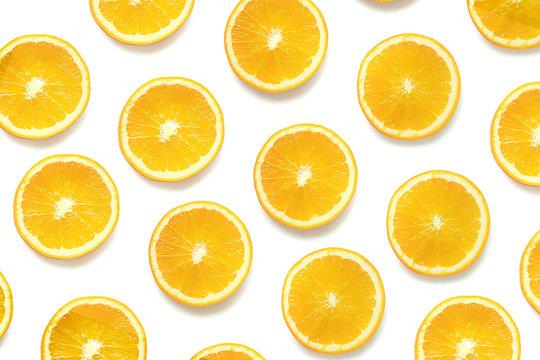 Plasterki pomarańczy na jednolitym tle