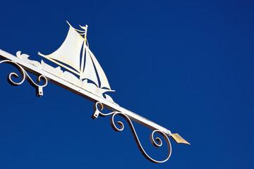 Altes Zunftzeichen mit Segelschiff  im Hafen von Neuharlingersiel ( Ostfriesland)