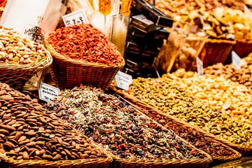 Etalage de fruits secs au marché la Boqueria de Barcelone