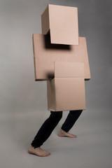 Un homme pose avec des cartons