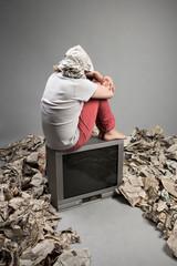 Homme assis sur une télé