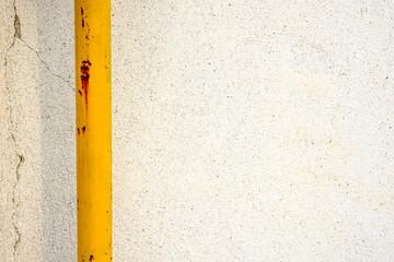 Palo giallo su muro bianco