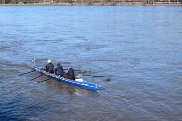 Rhein bei Bonn mit Schiffen