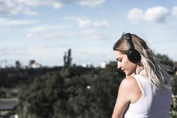 junge Frau mit Kopfhörer
