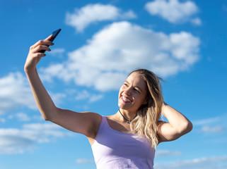 junge Frau fotografiert mit smartphone