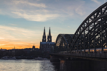 Fotomurales - Cologne skyline with Cologne Cathedral and Hohenzollern bridge at sunset