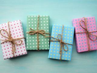 カラフルなギフトボックス、クリスマスや誕生日のイメージ、水色の背景