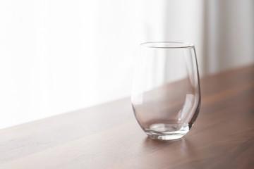木の机に置いた透明なグラス