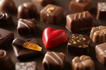 赤いハート型のチョコが入ったチョコレートの集合写真