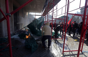 Albanian protesters try to break into government building