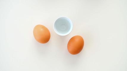 Jajka na miękko z podstawką leżące na białym tle