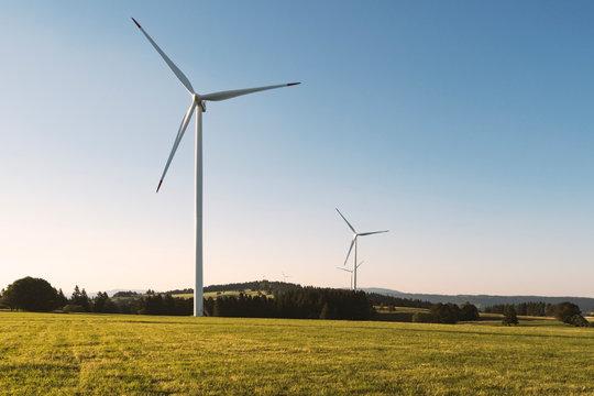 Windkraftwerk auf einem Feld mit blauem Himmel und Textfreiraum