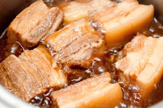 調理中のラフテー(豚の角煮)