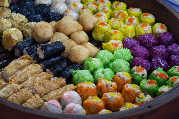 Raviolis asiatiques de toutes les couleurs