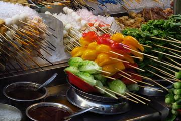 Petites brochettes de toutes les clouleurs  cuisine asiatique