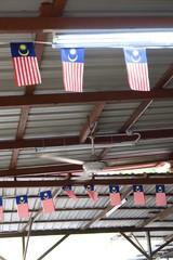 Drapeaux malais accrochés