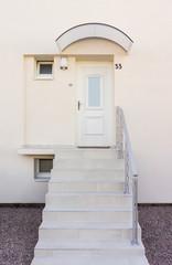 Moderner Eingang mit Haustür und Vordach und freitragender Außentreppe - Modern entrance with front door and canopy and outside staircase