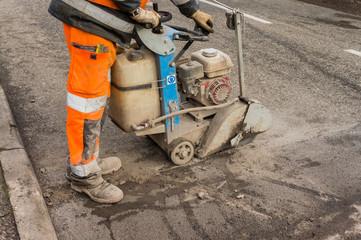 Tiefbau Trennschleifer Arbeiter trennt Asphalt - Civil engineering cut-off grinder worker cuts asphalt