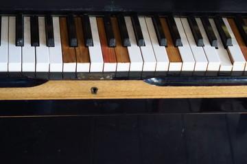 Vieux piano aux touches cassées