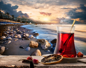 Fototapete - Turkish tea and sea