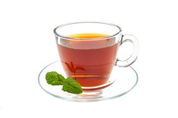 Czarna herbata na białym tle