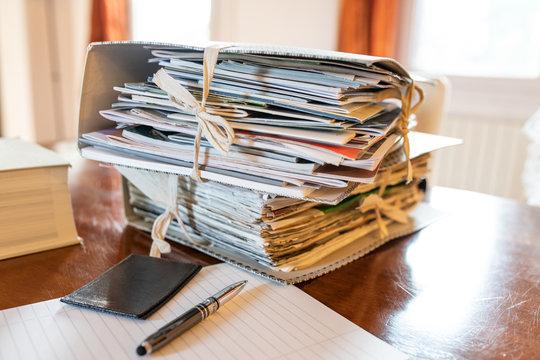 Faldoni, documenti, penna e fogli per commercialisti, revisori, avvocati, notai e professionisti
