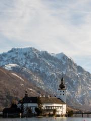 """Österreich, Oberösterreich, Salzkammergut, Traunsee, Gmunden. Schloss Ort (bekannt aus der Fernsehserie """"Hotel Schloss Orth""""). Bergkette im Hintergrund ist der Traunstein"""