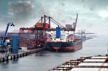 cago géant dans le port Fototapete