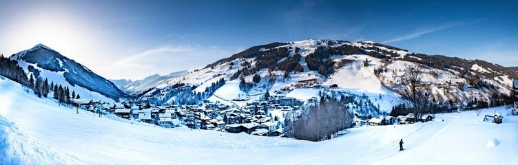 Saalbach-Hinterglemm im Winter mit Skipiste und Bergen Panorama