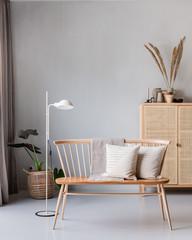 Gemütliche Ecke in einer skandinavisch eingerichteten Wohnung mit einer Sitzbank und einem Schrank