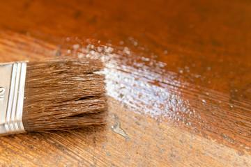 Nahaufnahme Pinsel und Lasur für Treppe