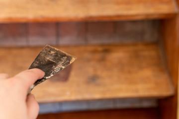 Spachtel in der Hand für Treppen Sanierung