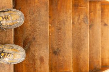 Abgenutzte Holztreppe muss saniert werden