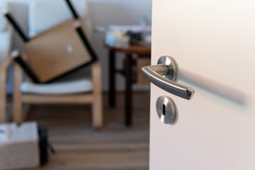 Tür öffnen in ein Raum voller Umzug Sachen