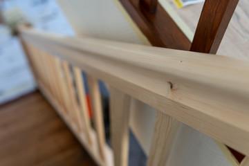 Rohes Holzgeländer bereit zum Streichen mit Lasur