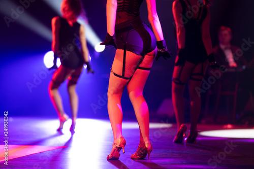 Три девочки показывают стриптиз