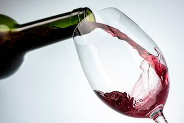 ワインを注ぎ入れる