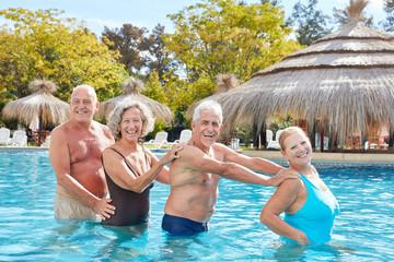 Senioren Gruppe hat Spaß bei Aquafitness