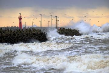 Fototapeta Sztorm na wybrzeżu Morza Bałtyckiego,Kołobrzeg,Polska. obraz