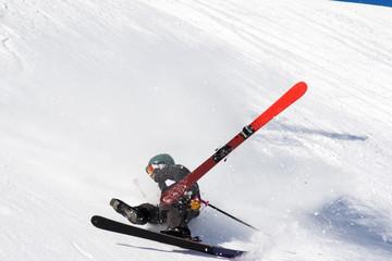 caduta con gli sci in neve fresca