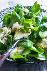Feldsalat mit Hähnchenbrust und Pesto