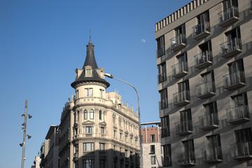 Edificios en la Plaza Universidad de la ciudad de Barcelona
