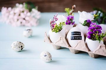 Hübsche, florale Osterdekoration mit Eiern als kleine Vase / Ostergrüße