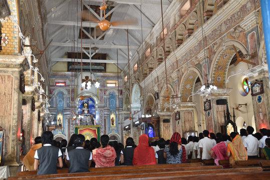Messe à l'église Santa Cruz à Cochin, Inde du Sud