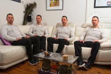 les quatres clones assis dans le canapé