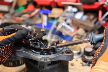 Fototapeta Lutowanie przewodów w alternatorze samochodu osobowego. obraz