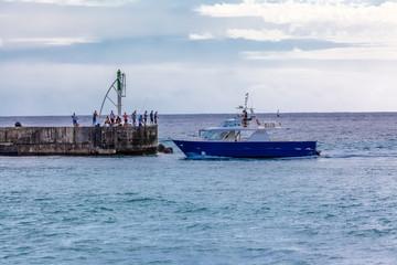 Bateau à l'entrée du port de Saint-Gilles, île de la Réunion