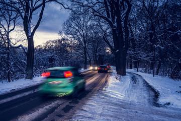 Winter - Verkehr auf Allee in Dämmerung