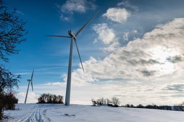 éolienne dans un paysage enneigé en hiver