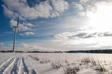 éolienne en France sur un champ dans la campagne en Moselle sur fond de ciel bleu